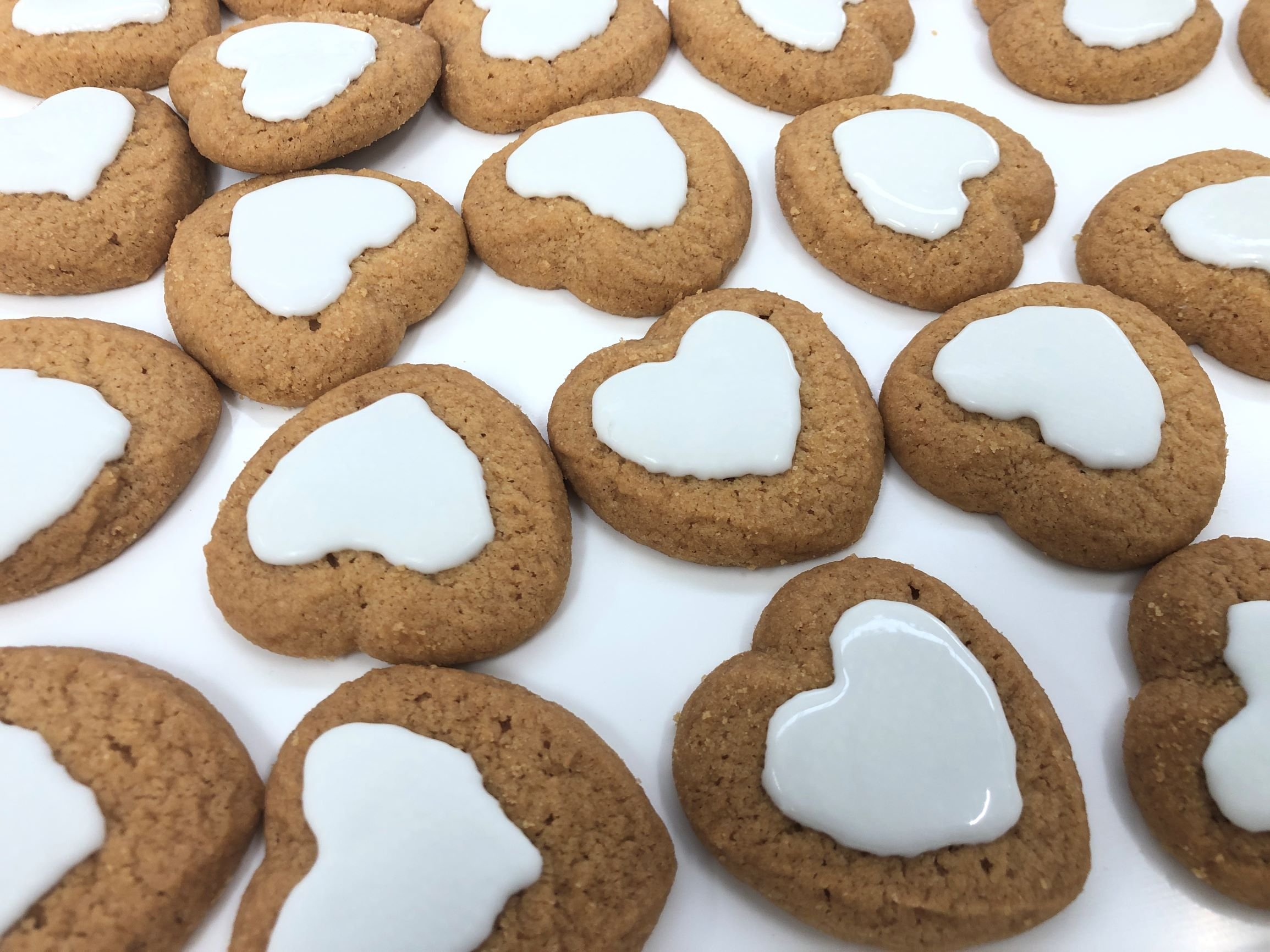 Heart-shaped biscuits decorated with white chocolate by FoodJet chocolate depositor
