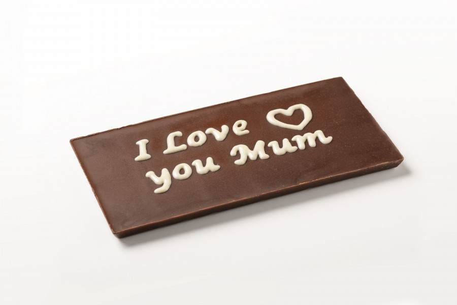 Chocolate bar with a decoration in white chocolate printed by a FoodJet depositing system saying I love you mum